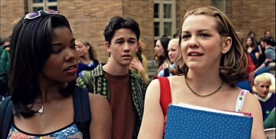 "Screen capture from ""Ten Things I Hate About You"" showing Bianca and Chastity talking"